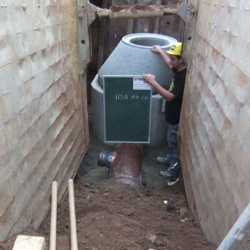Mit CONNEX-Anschluss ausgestattete Mischwasserleitung und eingebauter Revisionsschacht.  Foto: Funke Kunststoffe GmbH