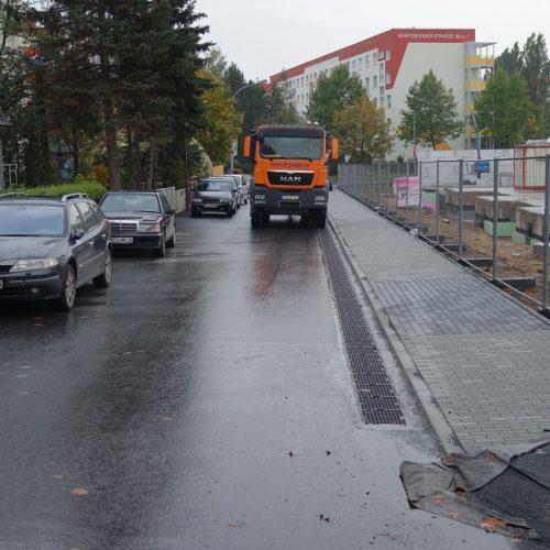 In der Siedlerstraße wurde die Sickermulde auf ausdrücklichen Wunsch des Auftraggebers entlang des Bordsteins verlegt.   Foto: Funke Kunststoffe GmbH
