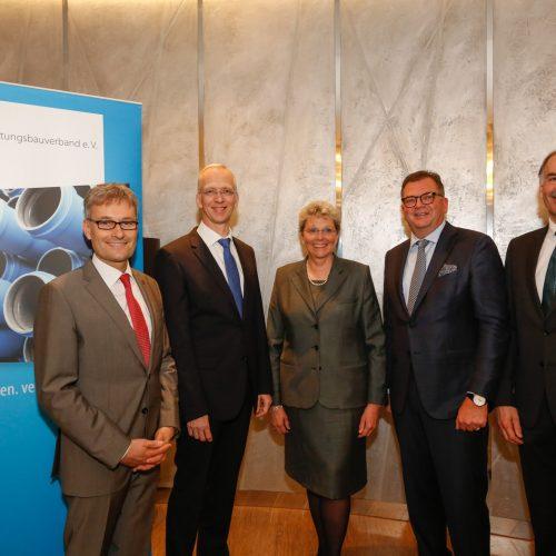 Gruppenbild mit scheidender Präsidentin: Andreas Burger (Vizepräsident), Dieter Hesselmann (Geschäftsführer), Gudrun Lohr-Kapfer, Fritz Eckard Lang (Präsident) und Manfred Vogelbacher (Vizepräsident), (v.l.). Foto: rbv