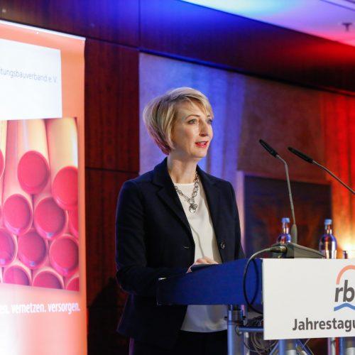 Gastrednerin Alexandra Ernst zeigte auf, wie zahlreich die Anknüpfungspunkte von rbv und DVGW sind. Foto: rbv