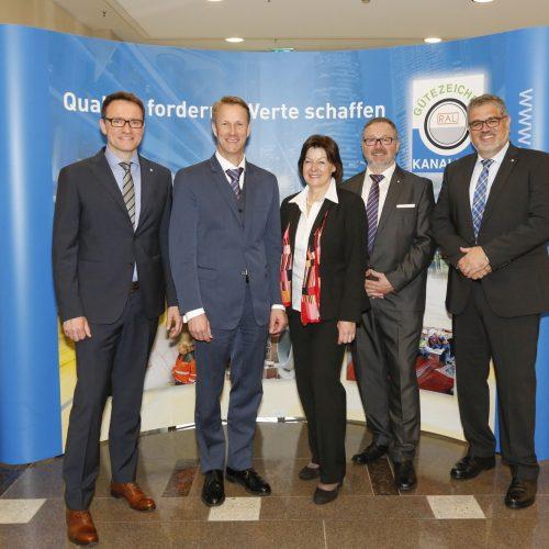 Dr. Marco Künster, Ulf Michel, Ingrid Hansen, Uwe Neuschäfer und Gunnar Hunold (v.l.).  Foto: Gütegemeinschaft Kanalbau