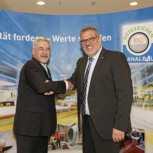 Gunnar Hunold (r.) tritt die Nachfolge von Rudolf Feickert als Beiratsvorsitzender und Mitglied des Vorstandes an. Foto: Gütegemeinschaft Kanalbau