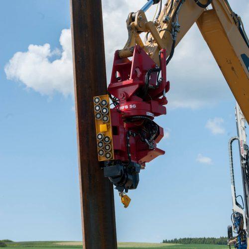 Die thyssenkrupp Infrastructure hat ihr Produktspektrum im Bereich der Baggeranbau-Vibratoren mit seitlichen Spannzangen erweitert (Abbildung ähnlich). Foto: thyssenkrupp Infrastructure