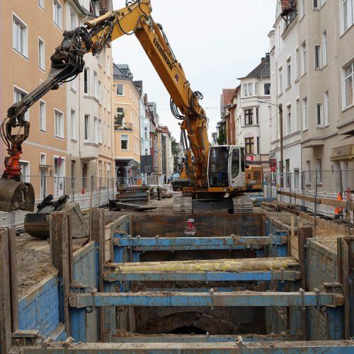 Kanalsanierung in Bielefelds Altstadt: Auch die eng an der Baugrube stehenden Bebauung stellt hohe Anforderungen an den eingesetzten Verbau.  Foto: thyssenkrupp Infrastructure