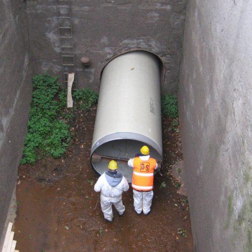 Das GFK-Rohr wird eingezogen, als Startgrube diente das sogenannte Wasserschloss des Kraftwerks. Foto: DIRINGER&SCHEIDEL ROHRSANIERUNG
