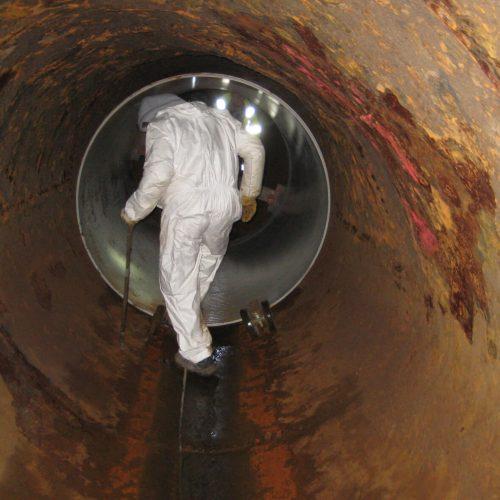 Damit das Altrohr das neue GFK-Rohr aufnehmen kann, müssen die Verformungen des Altrohres mit Hilfe eines Hydraulikstempels rückgängig gemacht werden. Foto: DIRINGER&SCHEIDEL ROHRSANIERUNG
