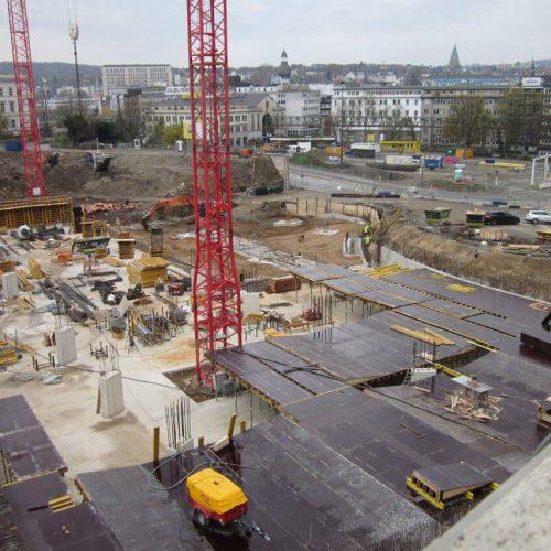 Großbaustelle im Herzen von Wuppertal: Am Döppersberg entsteht unter anderem ein neuer Busbahnhof auf einem zweigeschossigen Parkdeck und eine neue Bahnhofsmall mit Flächen für Einkauf, Gastronomie und Dienstleistung. Foto: Wittfeld