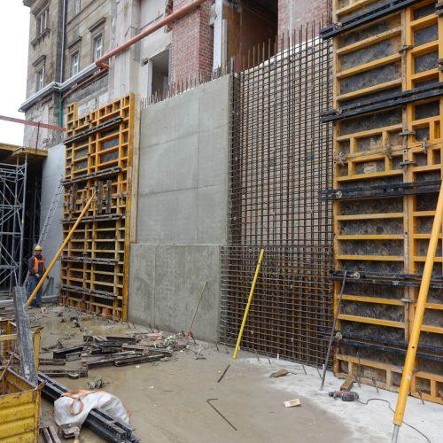 Im Bereich des Bahnhofsbauwerks und bei den rückverankerten Stützwänden des Gleiskörpers kamen ORMA-Elemente mit großen Abstützböcken als einhäuptige Schalung zum Einsatz. Auch für die in Sichtbetonqualität herzustellenden Treppenaufgänge vom Parkhaus zum Deck des Busbahnhofs wurde die Rahmenschalung verwendet. Foto: ULMA