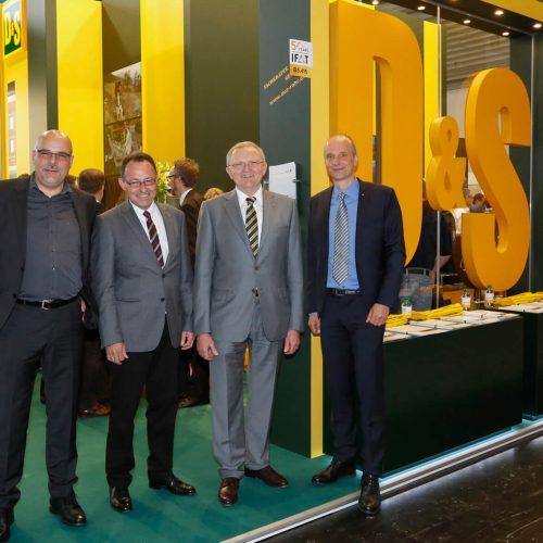 Mit dem Messeauftritt sehr zufrieden: Dipl.-Ing. (FH) Heinz Scheidel (m. re) und Dipl.-Ing. (FH) Karlheinz Heffner, (m.li.), die geschäftsführenden Gesellschafter der DIRINGER & SCHEIDEL Unternehmensgruppe, Markus Brechwald, Geschäftsführer Pipe-Seal-Tec GmbH & Co. KG (li.), Dipl.-Ing. (FH) Stefan Schikora, Geschäftsführer D&S Rohrsanierung (re.).  Foto: DIRINGER & SCHEIDEL ROHRSANIERUNG