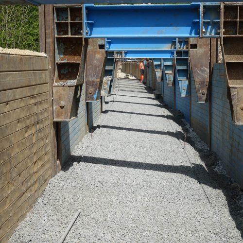In bestimmten Bauphasen können die Laufwagen entsprechend den statischen Vorgaben des Herstellers in die Höhe gezogen werden: Das schafft Platz für den Einbau der Gabionen. Foto: thyssenkrupp Infrastructure