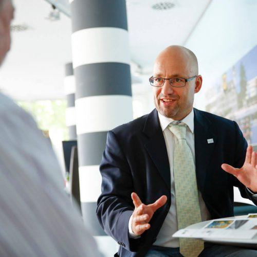 Wichtige Kontaktstelle: Dr.-Ing.Falk im Gespräch mit Dipl.-Ing. Thomas Glahn, einem vom Güteausschuss der Gütegemeinschaft Kanalbau beauftragten Prüfingenieur.  Foto: Güteschutz Kanalbau