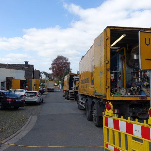 Grabenlose Kanalsanierungsmaßnahme in Hiddenhausen: Neben einem Materialwagen, dem Sozialwagen und den Fahrzeugen mit der Heizungsanlage gehört ein Inversionsturm zur Baustelleneinrichtung.   Foto: DIRINGER&SCHEIDEL ROHRSANIERUNG