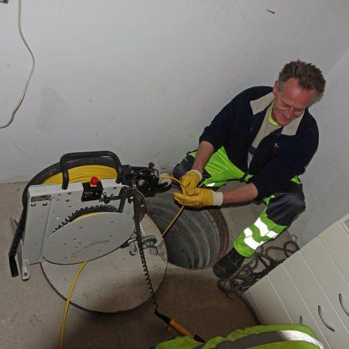 Viele der Schächte vor Ort waren schwer zugänglich – einer lag sogar in einer Garage.  Foto: DIRINGER&SCHEIDEL ROHRSANIERUNG