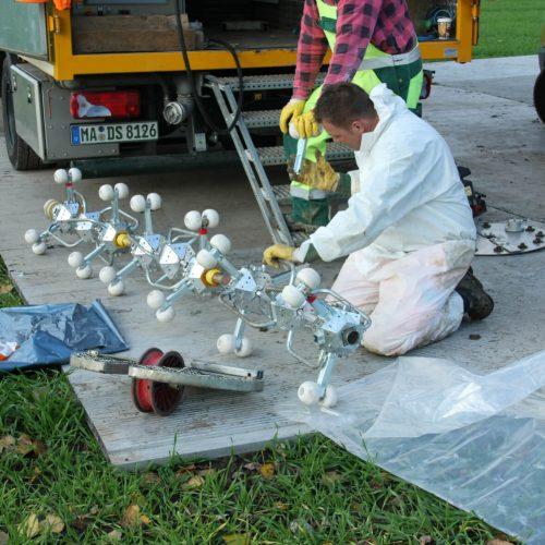 Der für die Aushärtung des UV-Liners benötigte Lampenzug wird auf DN-Größe aufgebaut und in die Schleuse eingeführt. Foto: DIRINGER&SCHEIDEL ROHRSANIERUNG