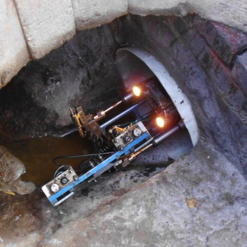 Ein KA-TE-Roboter mit Sanierungskamera öffnet nach dem erfolgreichen Schlauchlinereinbau – hier im Schachtbauwerk – die seitlichen Anschlüsse im Kanal. Foto: DIRINGER&SCHEIDEL ROHRSANIERUNG