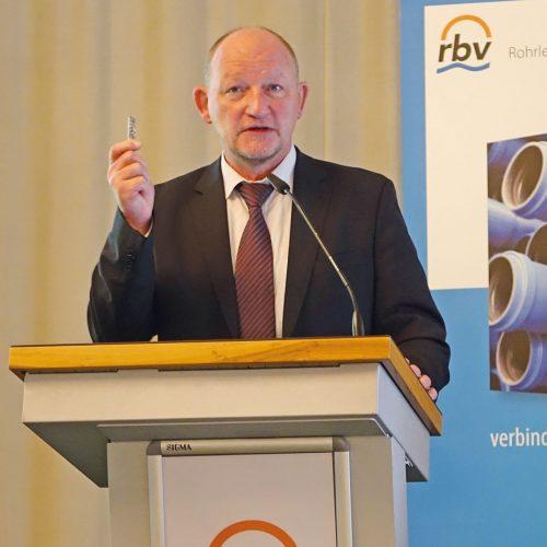 Aus der Praxis für die Praxis: Frank Bär erläuterte den fachgerechte Umgang mit Bodengutachten. Foto: rbv