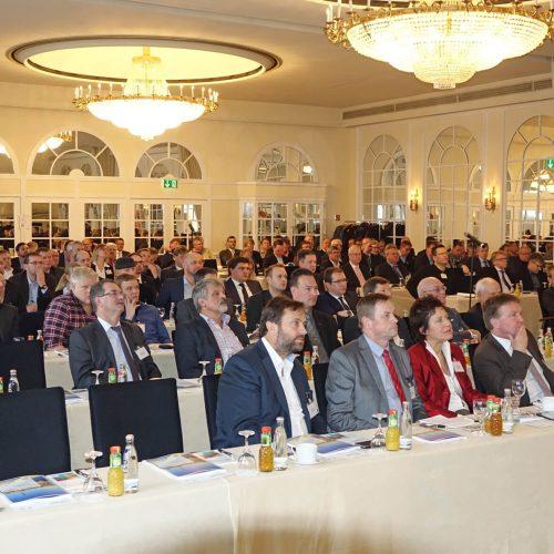 """Das Tagungsmotto """"Erfolgreich handeln in veränderten Märkten"""" sorgte für ein volles Haus bei der 23. Tagung Leitungsbau in Berlin. Foto: rbv"""