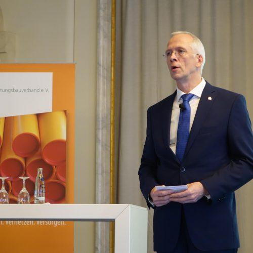 rbv-Geschäftsführer Dipl.-Wirtsch.-Ing. Dieter Hesselmann moderierte die 23. Tagung Leitungsbau in Berlin. Foto: rbv
