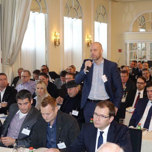 Die Vorträge lösten teils rege Diskussionen aus. Hier meldet sich Dipl.-Ing. Alexander Klöcker, Geschäftsführer der Bilfinger Scheven GmbH zu Wort.  Foto: rbv