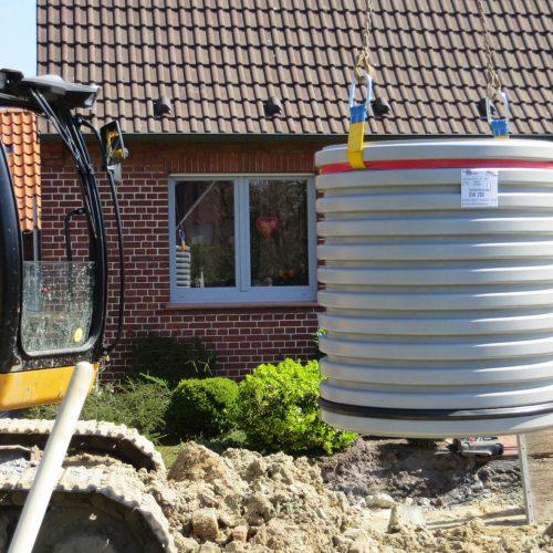 Vor Ort leicht zu handhaben: das aus PVC-U gefertigten Steigrohr des 1000er Schachtes von Funke.  Foto: Funke Kunststoffe GmbH
