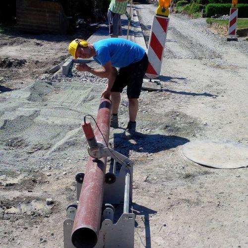 Zeitsparend: Mit dem Funke Rohrschneid- und Anfasgerät lassen sich Rohre im gleichen Arbeitsschritt schneiden und anfasen.  Foto: Funke Kunststoffe GmbH
