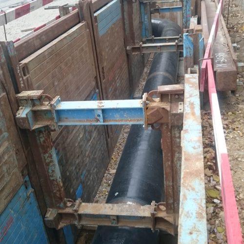Durch das große Einbaufenster ließen sich die 6 m langen Stahlrohre reibungslos in den Rohrgraben einheben. Foto: Pittel+Brausewetter