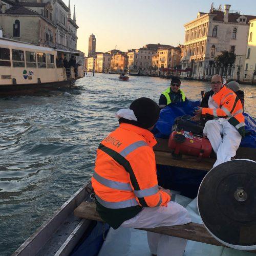 Außergewöhnlicher Anfahrtsweg: Den malerischen Weg zwischen Tränkungswerk und Einbaustelle legte der BlueLiner auf dem Canal Grande mit dem Boot zurück. Foto: DIRINGER&SCHEIDEL ROHRSANIERUNG