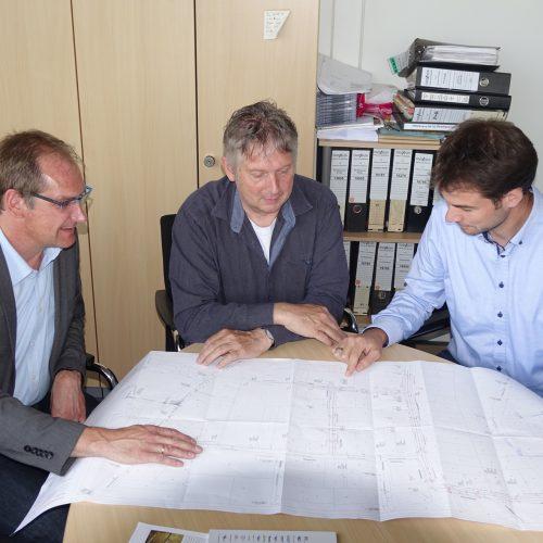 Funke-Fachberater Ralf Erpenbeck im Gespräch mit Bauleiter Dieter Sievers und Gruppenleiter Robert Reminghorst (v.l.) Foto: Funke Kunststoffe GmbH