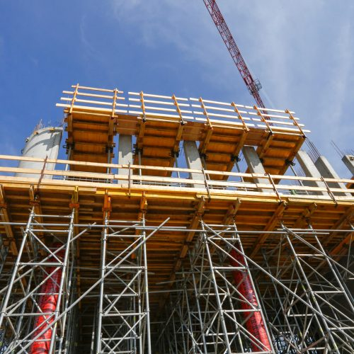 Auch der zweistöckige Eingangsbereich des Bauteils Management Circle wurde mit dem Traggerüst T-60 unterstellt. Die Abmessungen der Deckentische waren so gewählt, dass sie exakt in das Stützenraster gepasst haben. Foto: ULMA