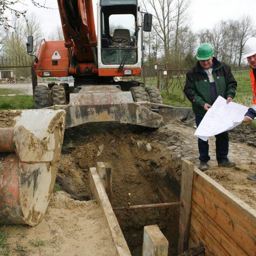 Mit der Aktion des Güteschutz Kanalbau, den Gütezeicheninhabern das Technische Regelwerk zur Verfügung zu stellen, schafft die Gütegemeinschaft weitere Voraussetzungen zur Verbesserung der Qualität bei der Herstellung von Abwasserleitungen und -kanälen. Foto: Güteschutz Kanalbau