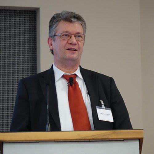 Hans-Joachim Mayer lenkte das Augenmerk in seinem Vortrag auf die Vertrautheit der Jugend mit digitalen Techniken. Foto: Rohrleitungsbauverband