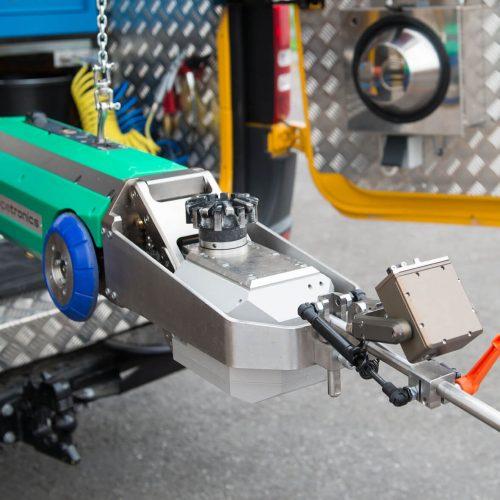 Der elektrisch betriebene Fräsroboter eCUTTER ist ein Werkzeug für Fräsarbeiten an Ablagerungen, Hindernissen, Rissen und Muffen sowie zum Öffnen der Zuläufe in Schlauchlinern für Rohrdurchmesser DN 150 bis DN 800. Der Fräskopf hat einen Ausfahrweg von bis zu 160 mm, um auch tief im Seitenzulauf arbeiten zu können. Foto: Pipetronics GmbH & Co. KG