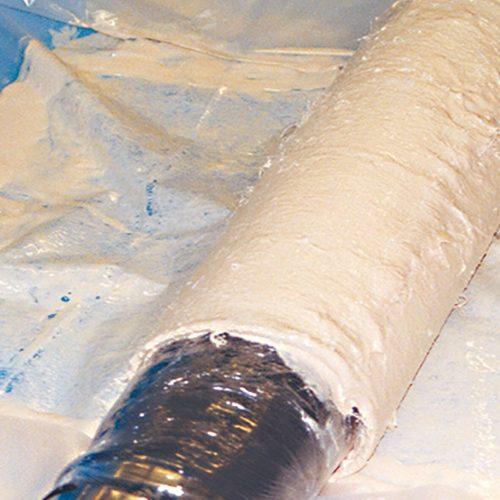 Auf das Harz kommt es an: Eine mit Harz getränkte Glasfasermatte wird auf den Packer aufgerollt und danach in das zu sanierende Rohr eingebracht und aufgeblasen. Foto: Minova CarboTech GmbH