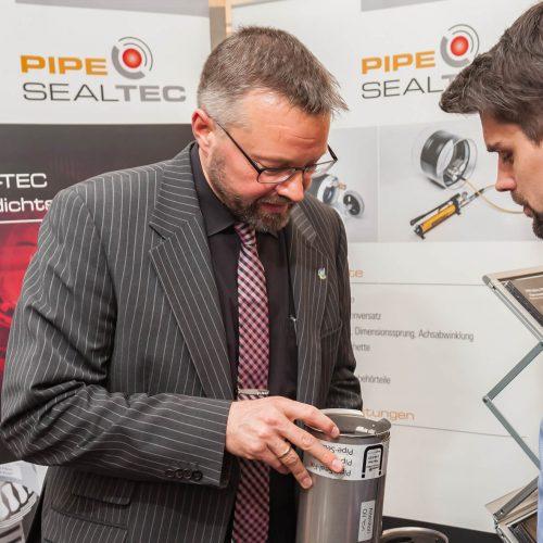 Pipe-Seal-Tec-Geschäftsführer Martin Cygiel erläutert die Funktionsweise und Vorzüge der Pipe-Seal Sanierungsmanschette.  Foto: Michael Stephan