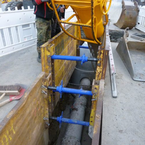 Bei Verwendung der Funke Auftriebssicherung wird im ersten Arbeitsschritt bis zur Unterkante des verlegten Rohres verfüllt  Foto: Funke Kunststoffe GmbH