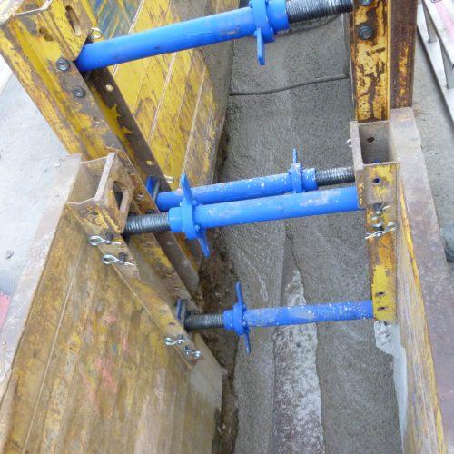 Nach dem Abbinden der ersten Schicht Flüssigboden kann der Graben komplett verfüllt werden. Foto: Funke Kunststoffe GmbH