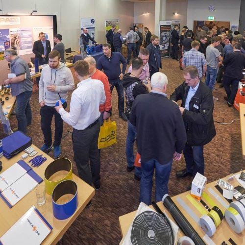 Auf der begleitenden Ausstellung demonstrierten 20 Unternehmen und Institutionen die Handhabung von Geräten, Materialien und Verfahren. Foto: Rohrleitungsbauverband