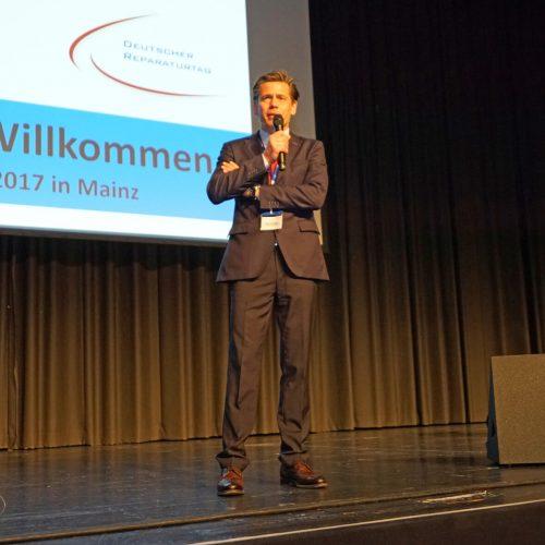 Organisator Igor Borovsky begrüßt die Teilnehmer in Mainz. Foto: TAH