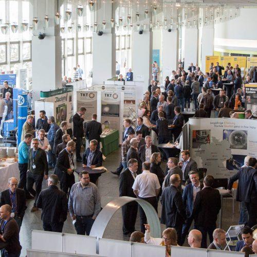 Die begleitende Fachausstellung bot eine ideale Plattform für den fachlichen Austausch von Teilnehmern und Herstellern. Foto: TAH