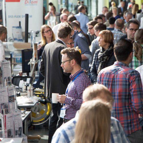 Dichtes Gedränge herrschte auch auf dem 6. Deutschen Reparaturtag auf der Forums-begleitenden Fachausstellung. Foto: TAH