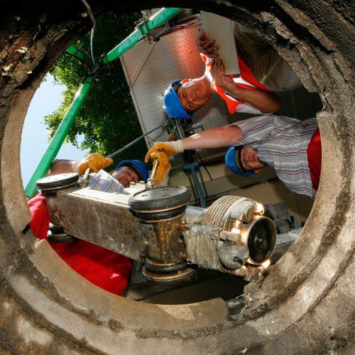 Betriebseinrichtungen und Geräte werden beim Baustellenbesuch überprüft. Foto: Güteschutz Kanalbau