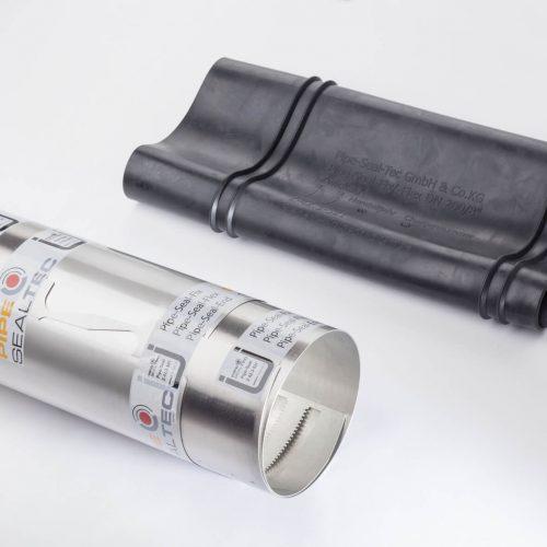 Pipe-Seal-Flex ist jetzt im Nennweitenbereich DN 200-600 erhältlich und bei Muffenversätzen, Achsabwinklungen und Dimensionswechseln einsetzbar. Durch die Anordnung von Lamellenöffnungen in der Edelstahlhülle in Verbindung mit dem EPDM-Dichtelement legt sich die Hülse formschlüssig an die Rohrwandung an.  Foto: Pipe-Seal-Tec