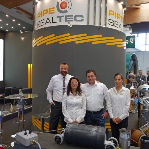Erfolg ist nur gemeinsam im Team möglich. Zu diesem gehörten in Kassel Martin Cygiel (GF), Claudia Werner (Vertriebsinnendienst), Daniel Schlehahn (Service und Vertrieb) und Messehostess  Jacqueline Jackson (v.l.n.r.). Foto: Pipe-Seal-Tec