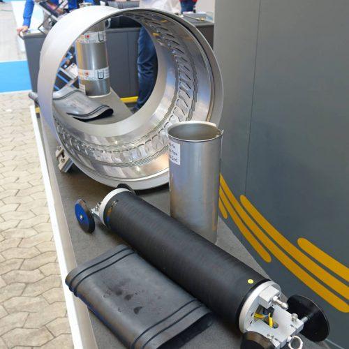 Immer im Gespräch: Drei Tage lang stellten sich die Experten von Pipe-Seal-Tec den Fragen und Anregungen der Fachbesucher. Im Bild auch zu sehen ist die Pipe-Seal-Flex Hülse DN 500 mit 9° Achsabweichung und 30 mm Dimensionswechsel inklusive Rohrversatz. Foto: Pipe-Seal-Tec