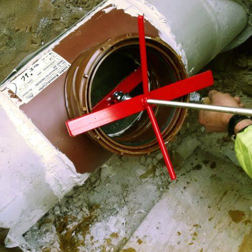Vor dem Aufbringen des HS-Klebesattels ist der Liner im Hauptrohr freizulegen. Foto: Funke Kunststoffe GmbH
