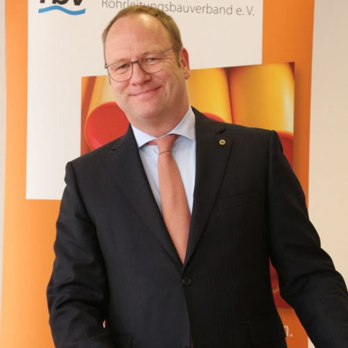 Festredner Dr. Ralph Donath setzt viele Hoffnungen in die neuen Netzmeister. Foto: Rohrleitungsbauverband