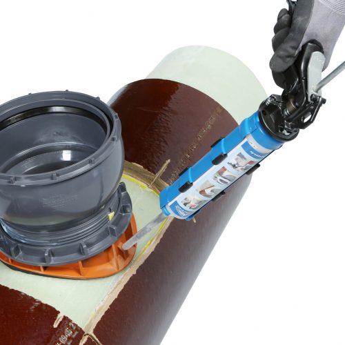 Der Einbau des Liner-Anschlusses System CONNEX. Über eine Öffnung im Distanzring wird die Dichtmasse eingeführt. Foto: Funke Kunststoffe GmbH