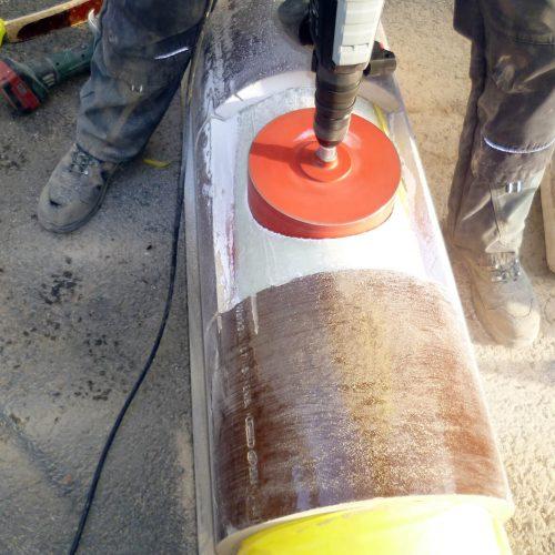 Nach dem Freilegen des Liners wird die für die Montage des Liner-Anschlusses System CONNEX benötigten Bohrung hergestellt. Foto: Funke Kunststoffe GmbH