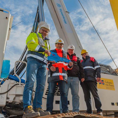 Bodo Berendt (li.), Spartenleiter Maschinentechnik bei thyssenkrupp Infrastructure, Arie van Hattem (re.), Geschäftsführer der Maschinenfabrik  A. van Hattem & Zoon B.V., und Siegfried Steins (2. v. re.), Fachberater für die Region Nord bei thyssenkrupp Infrastructure,  bei der offiziellen Schlüsselübergabe an den Geschäftsführer von Colcrete - von Essen GmbH & Co. KG, Dipl.-Ing. Uwe Höpfner (2. v. li.). Foto: thyssenkrupp Infrastructure