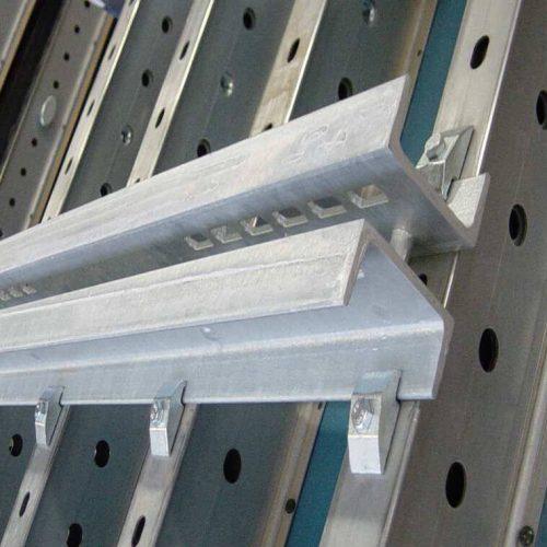 Der Riegel besteht aus einem Doppel-U-Träger (U120) Höhe 120 mm. Er wird mittels einer Riegelklemme am Träger angeschlossen.  Foto: ULMA